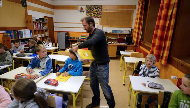 Un profesor reparte en el aula los ejercicios escolares. En Educación se han formalizado 140 nuevos contratos de seis meses.