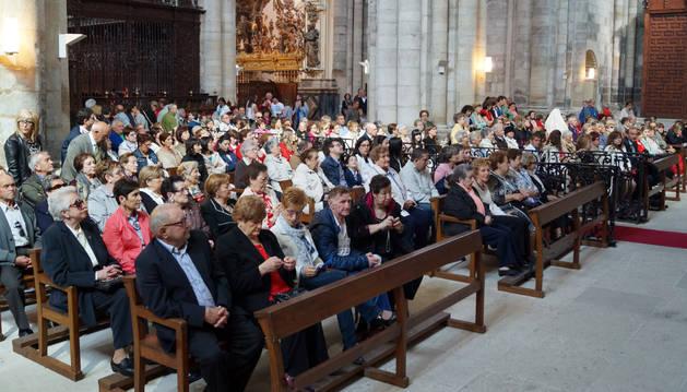 Los fustiñaneros asisten a la misa celebrada en la Catedral en la tradicional peregrinación al templo.
