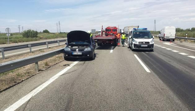 Agentes de la Guardia Civil atienden a los heridos en la colisión entre dos vehículos en la A-68.