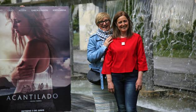 La directora Helena Taberna (izquierda) y la actriz Maiken Beitia, ayer, en la plaza Yamaguchi de Pamplona.