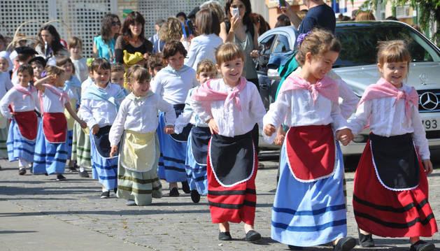 Pequeñas dantzaris en la fiesta del pasado sábado en torno al euskera en Tafalla.