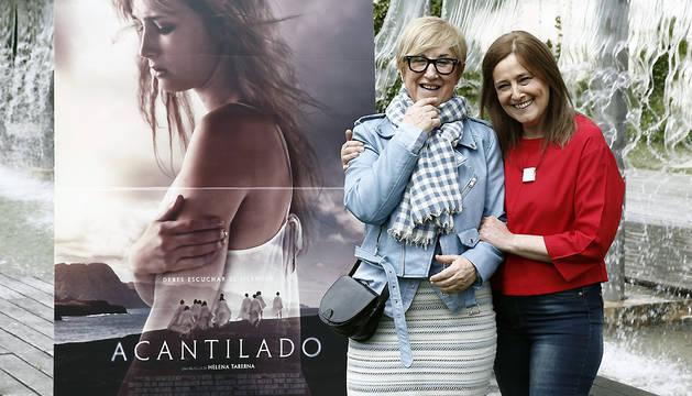 La directora Helena Taberna (i) y la actriz Maiken Beitia posan en el parque Yamaguchi de Pamplona donde han presentado la película 'Acantilado'.