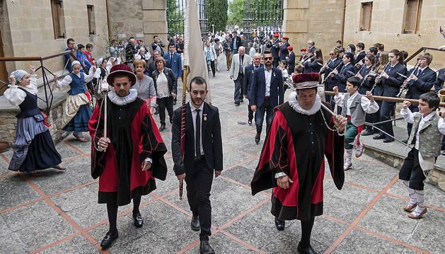 La corporación municipal -custodiada por la banda, dantzaris y gaiteros- entra en la basílica con el socialista Jorge Crespo como abanderado.