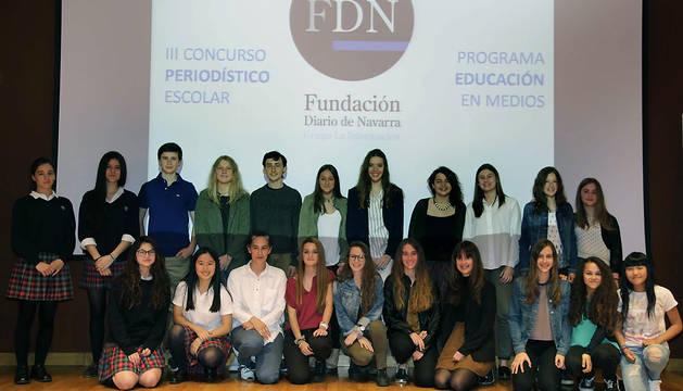 Los ganadores del II Concurso Periodístico Escolar de la Fundación Diario de Navarra posaban ayer en el Planetario junto a la patrona de la entidad, Leyre Arraiza (3ª abajo por la izda.).