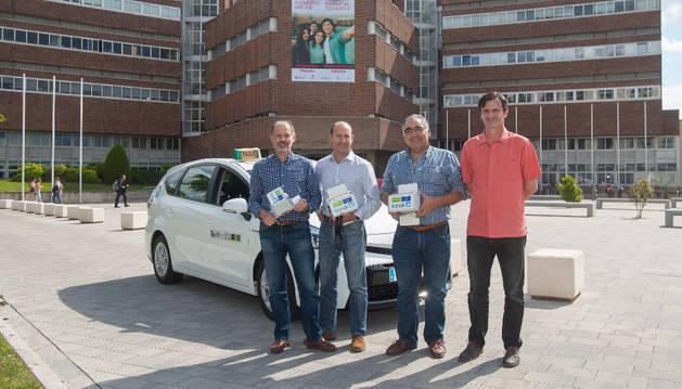 De izquierda a derecha, Juan José Pons, Enrique Baquero, Bartolomé Ogayar (taxista) y Bienvenido León.