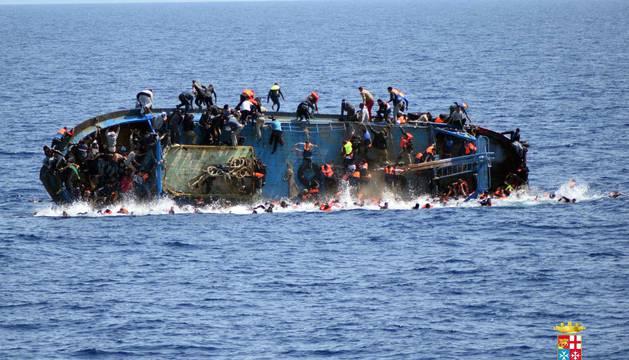 Al menos cinco migrantes han muerto y otros 562 han sido rescatados después de que la embarcación en la que viajaban haya volcado frente a las costas de Libia.