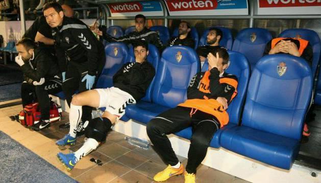 Suplentes y técnicos del Albacete, hundidos en el banquillo a la conclusión del partido.