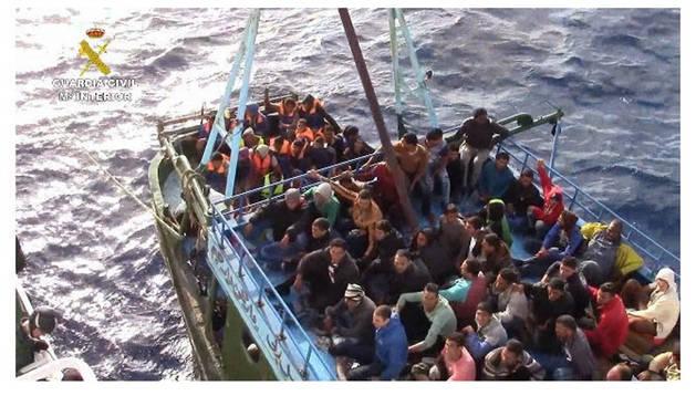 La Guardia Civil rescata a 276 inmigrantes a la deriva en un pesquero en aguas italianas