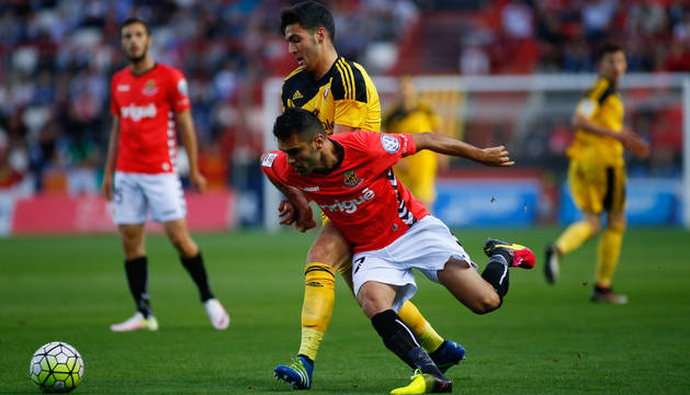 Mikel Merino pelea por el balón con Iago Bouzón.