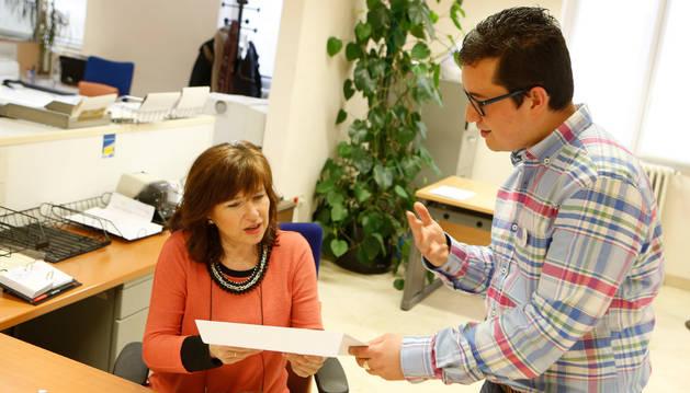 Santi Mange Acarreta entrega unos documentos a Mª Carmen López Patús, jefa de la oficina de información de la Delegación del Gobierno.