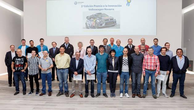 El grupo de participantes, junto al Comité Ejecutivo de Volkswagen Navarra y miembros del Grupo de Innovación, tras la entrega del premio.