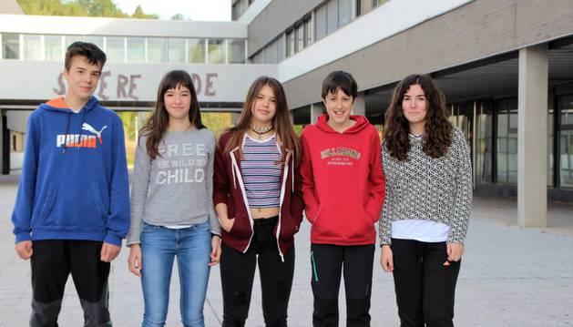 Adriana Lara Cabestrero, segunda por la izquierda, en el IES Tierra Estella junto al resto de los compañeros del centro que compitieron con ella en la Olimpiada Navarra el pasado fin de semana.