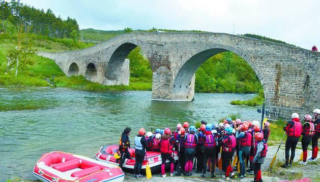 Actividad de rafting en el río Irati a su paso por el puente de Aoiz, con la empresa River Guru.