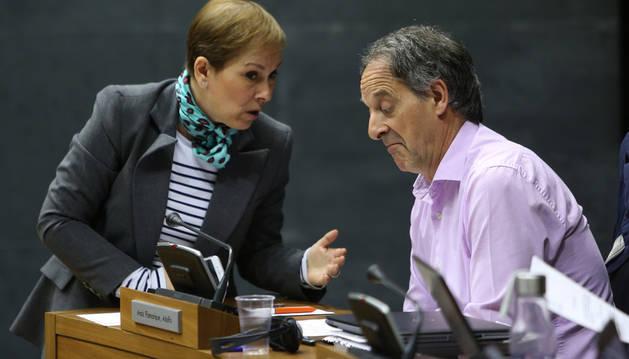Uxue Barkos y Adolfo Araiz, hablando en el Parlamento, en una sesión plenaria.
