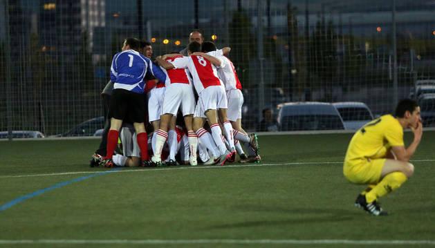 Los jugadores del Doneztebe celebran su título de liga ante Lezkairu en Primera Regional.