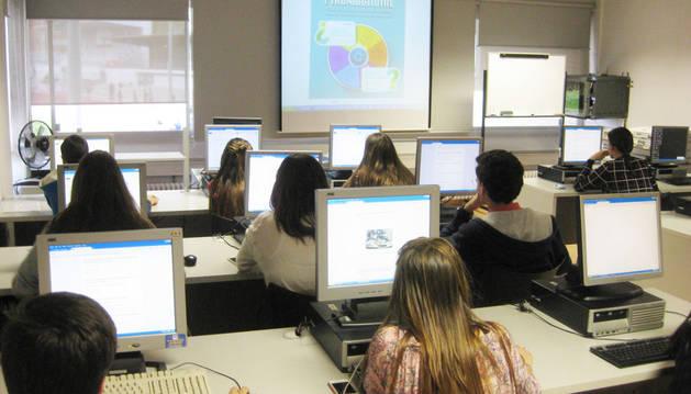 Foto de archivo de varios alumnos trabajando con sus ordenadores.