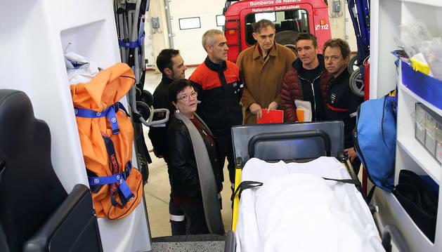 María José Beaumont, consejera de Interior, Agustín Gastaminza, director general (cuarto por la izquierda)  y Víctor Rubio (quinto), durante una visita reciente al parque de bomberos de Trinitarios.