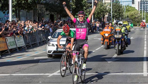 Arcas celebra la victoria de etapa  final de la Vuelta a Navarra del año pasado, Iturria ganó la general.