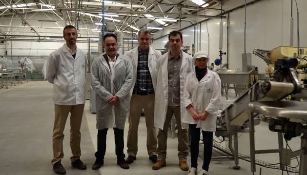 El equipo que ha puesto en marcha el proyecto de verduras al dente ante la nueva línea de producción