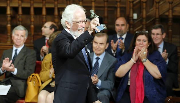 Antonio Fraguas, 'Forges', tras recibir de manos del rey Felipe el Premio Iberoamericano de Humor Gráfico 'Quevedos'.