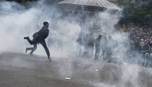 Varios manifestantes y la policía antidisturbios en la Plaza de la Nación.