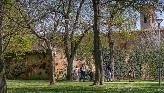 El parque de Los Llanos y el muro de San Benito que separa las edificaciones conventuales del paseo.