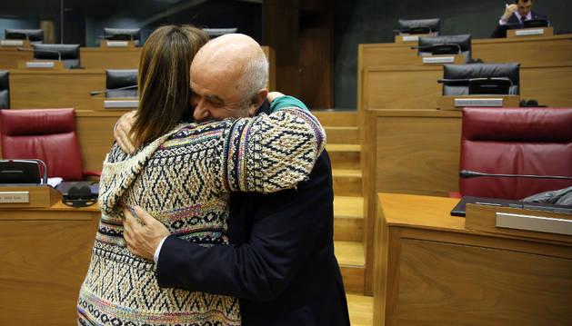 La presidenta del Parlamento, Ainhoa Aznárez, abraza al consejero de Educación, José Luis Mendoza, a su llegada ayer al pleno.