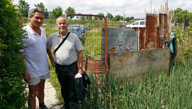 Fernando Chao Peláez y Ventura Lara Lorente, dos de los propietarios de las huertas de Berriozar.