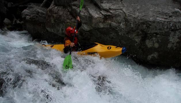Un kayista, descendiendo el río Ara, concretamente en el tramo de Bujaruelo.