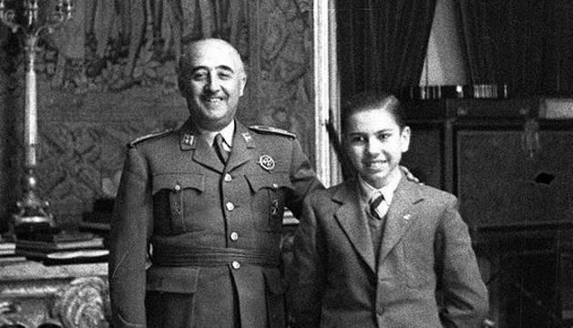 Un joven Arturo Pomar posa junto a Francisco Franco.