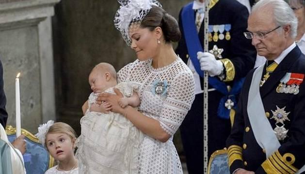 La princesa heredera Victoria de Suecia lleva en brazos a su segundo hijo, el príncipe Óscar.