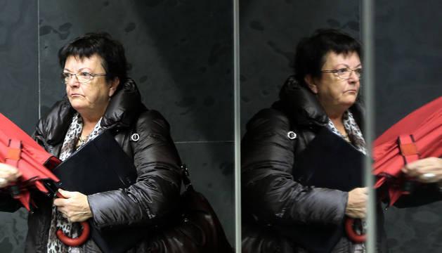 La consejera de Interior, María José Beaumont, reflejada en un espejo del Parlamento.