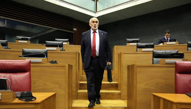 El consejero Mendoza, en el Parlamento este viernes.