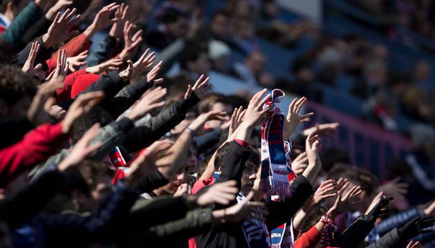 Los aficionados de Osasuna apoyan a su equipo en un partido disputado recientemente en el estadio de El Sadar.