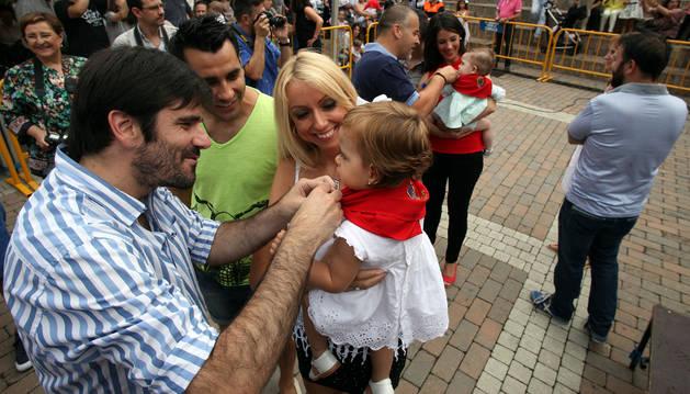 El alcalde de Tudela, Eneko Larrarte, anuda un pañuelo a una niña en la entrega celebrada en 2015.