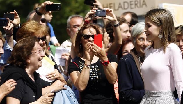 La Reina compra varias obras en su recorrido entre 'selfies' por la Feria del Libro