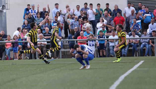 Un jugador del Cirbonero se lamenta ante uno de los tantos del Cayón en el partido de vuelta.