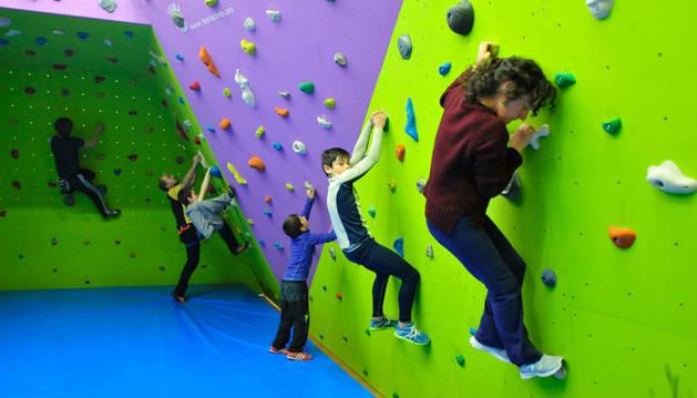 Un grupo de niños escalan en las instalaciones del Ereta.