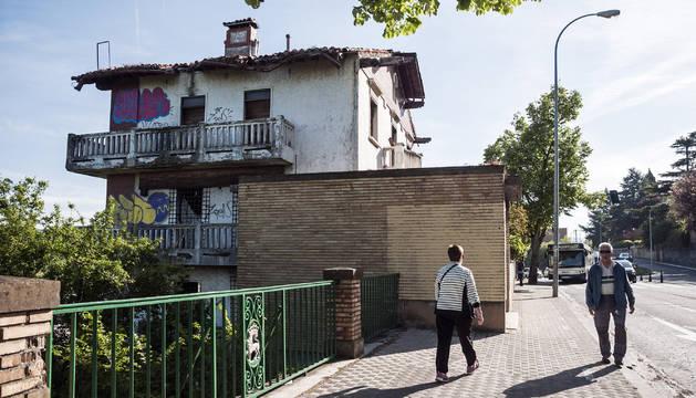 Al menos seis personas ocupan un chalé de Beloso muy deteriorado y rodeado de basura que es propiedad del Ayuntamiento de Pamplona.