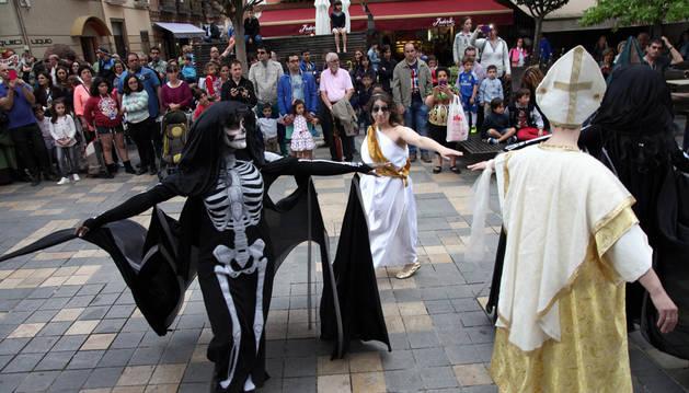 Tudela baila al son de su desfile barroco