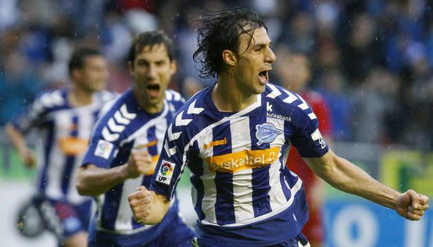 Sergio Pelegrín y Artiz Borda celebran uno de los dos goles del Alavés.