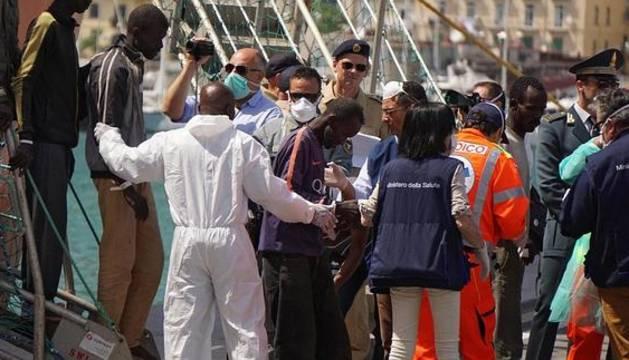 Inmigrantes de origen subsahariano rescatados en el Mediterráneo a su llegada a Salerno.