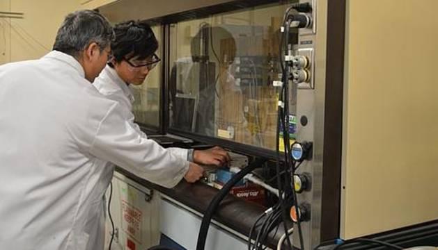 El científico Chunshan Song en su laboratorio.