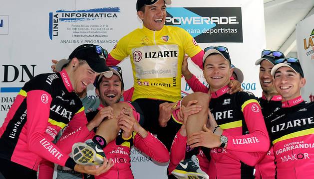 Richard Carapaz, con sus compañeros del Lizarte, en el podio.