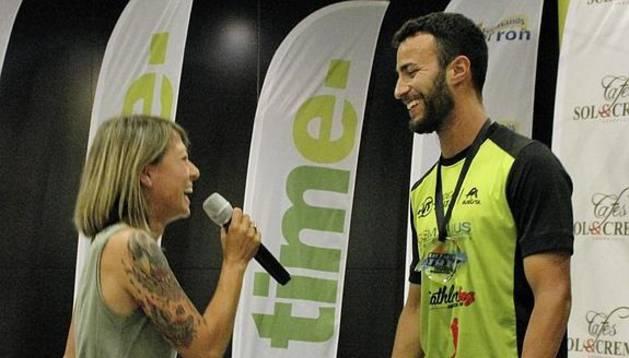 El triatleta Javier Lorente y su novia María Vasco.