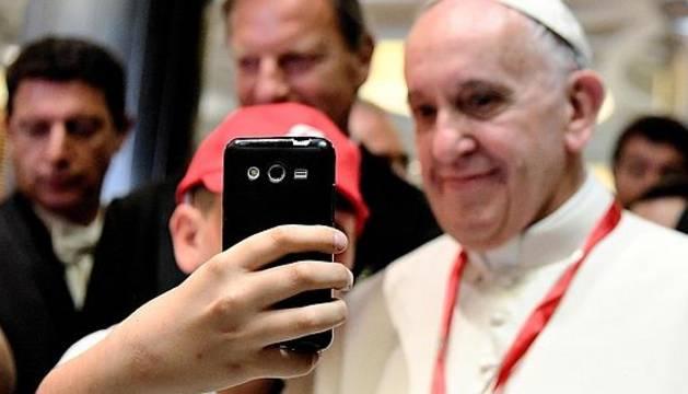 El Papa se hace un selfie con un niño en el Vaticano.