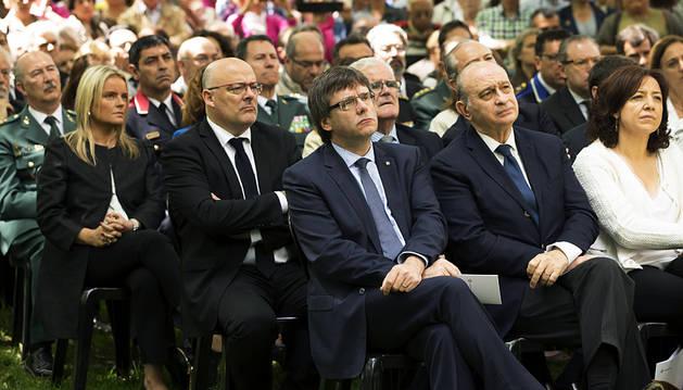 Puigdemont y Fernández Díaz homenajean a las víctimas de ETA en la casa cuartel de Vic