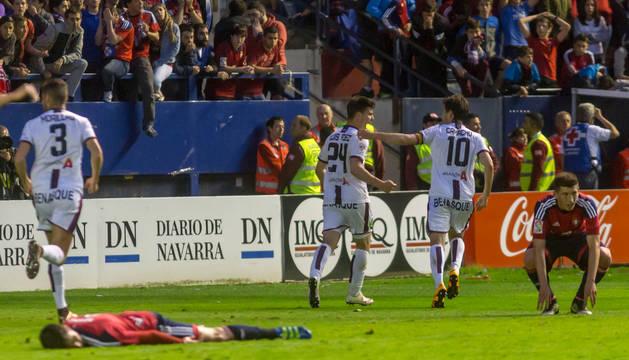 Luis Fernández y Camacho celebran el 2-3 ante la desesperación de Mikel Merino y David García.