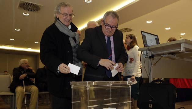 Pedro Pegenaute y Luis Sabalza, en una votación en una asamblea reciente de socios.