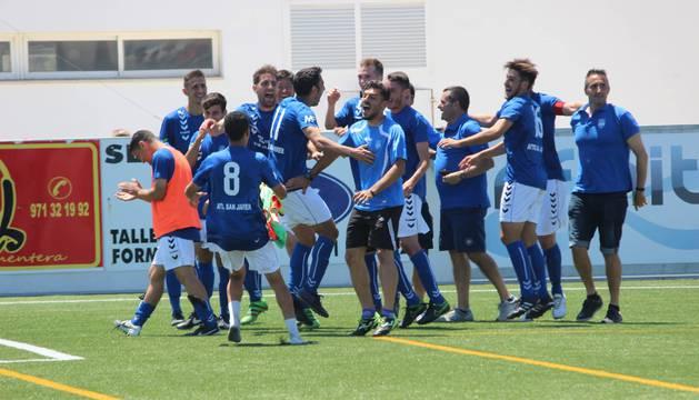 Los jugadores del Mar Menor celebraron el pasado domingo la victoria ante el Formentera.